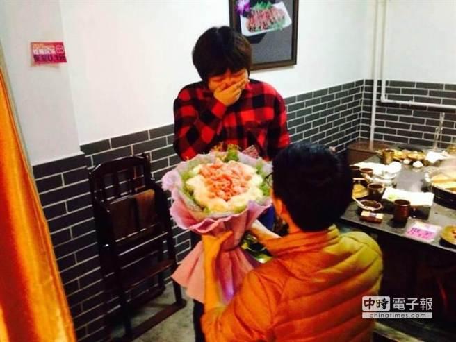 [新聞] 北京一男子在火鍋店用「牛肉鮮花」求婚成功