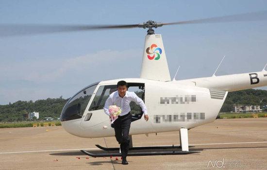 [新聞] 秀恩愛新高度:男子花400萬直升機上補辦求婚