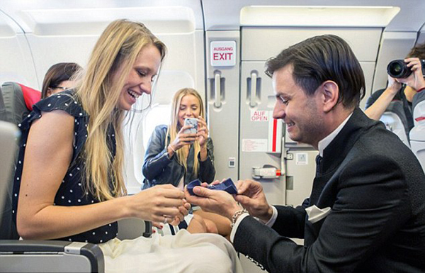 [新聞] 超浪漫!奧地利男子飛行途中向女友求婚辦婚禮