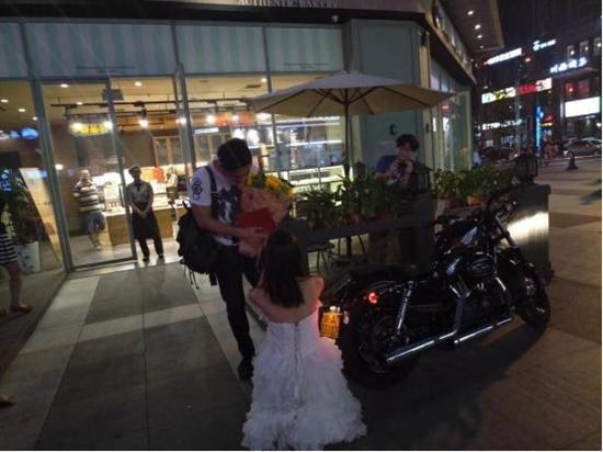 [新聞] 90後美女騎哈雷拿房產證街頭上演浪漫求婚
