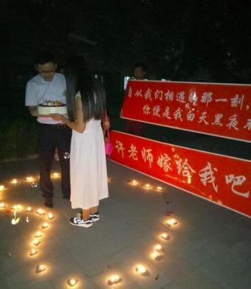 [新聞] 大写的尴尬!月圆之夜高校上演浪漫求婚 却被吃瓜群众抢镜